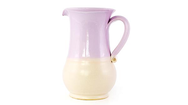 Gyönyörű, kézzel készített kerámia kancsó melynek alapszíne fényes lila, alsó részén bézs színű 1500 ml